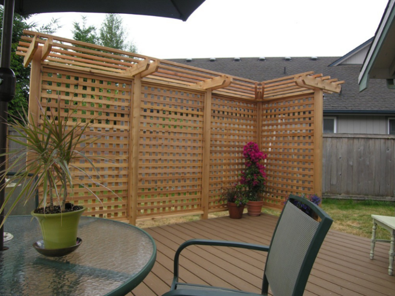 10 best outdoor privacy screen ideas for your backyard for Hanging privacy screens for decks